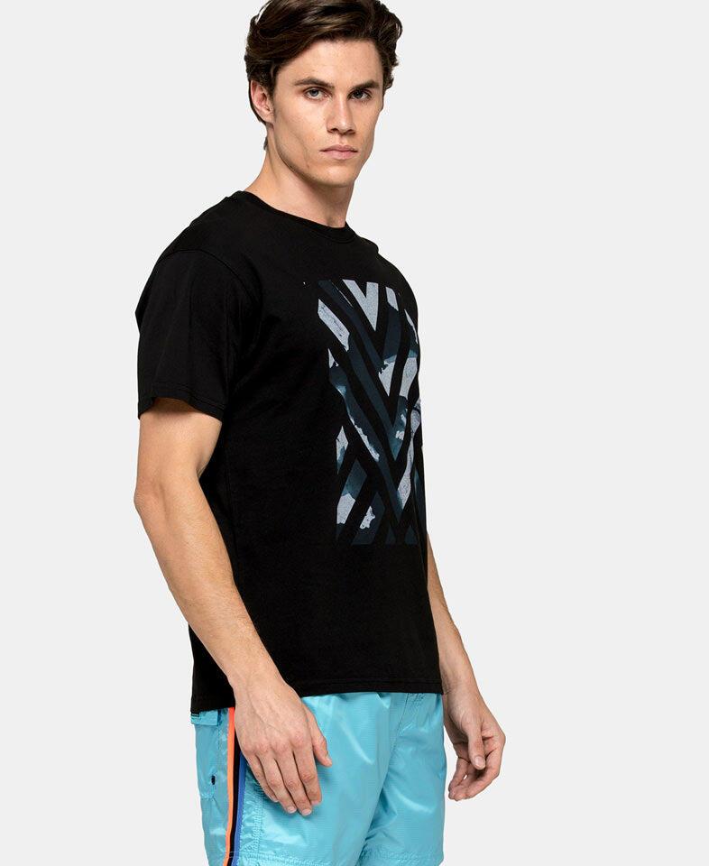 man wearing a men's geometric print t shirt