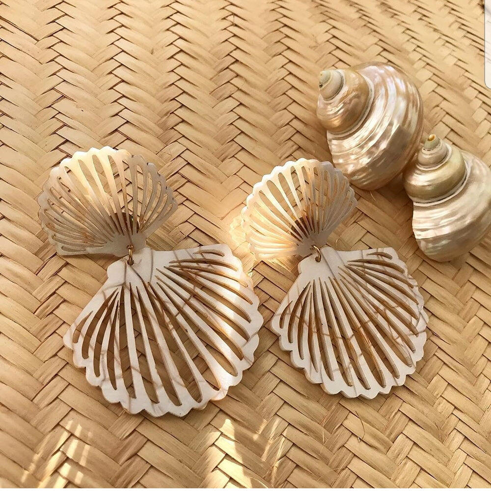 Shell Acrilic Earrings Gold And White